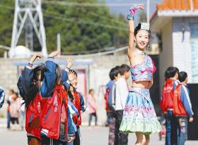凉山歌舞团下基层带动群众文化活动