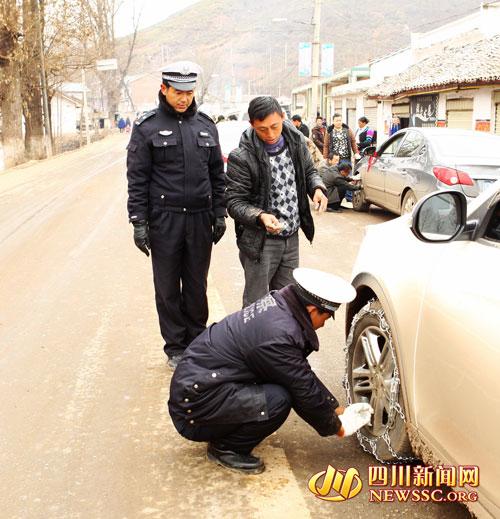 昭觉交警:冰雪路上最美警察