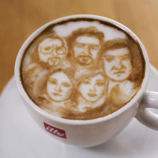 艺术家巧手创作咖啡上的奥斯卡提名影片 - 艺苑