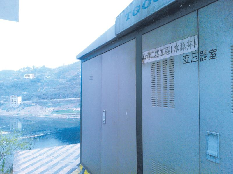 达州火车站水厂排污点下游取臭水 每天供水100多趟过往火车