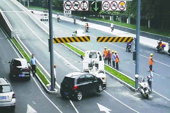 行人横穿高架路的,在桥上停车看风景的,爬到快速公交专用道上张望的