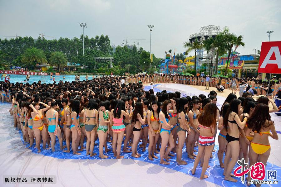 广州水上乐园万人比基尼美女夺人眼球 体育娱