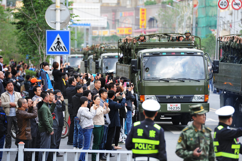 乌鲁木齐举行誓师大会展示反恐决心