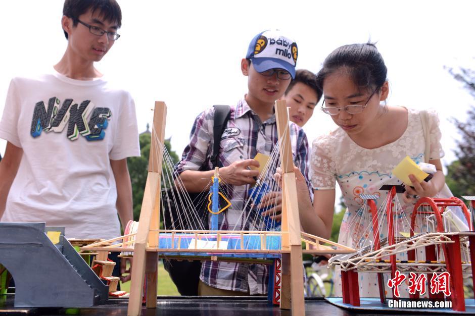 """大学生自制桥模展现""""心中的桥梁"""""""