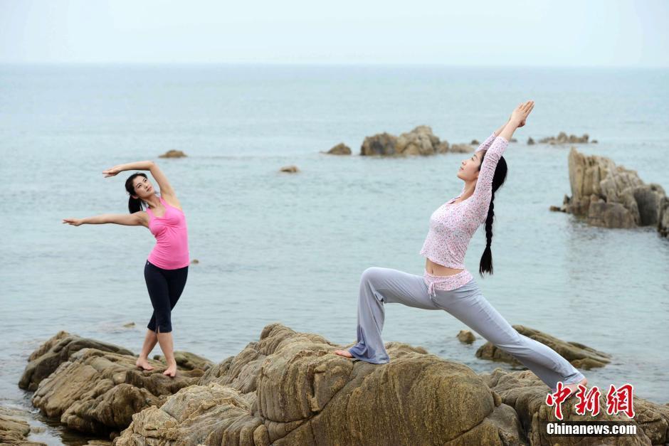 美女山东青岛海边瑜伽秀