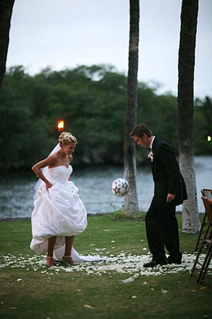 世界杯 和球迷老公拍足球婚纱照图片