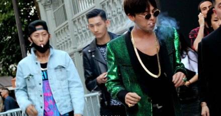 gd权志龙亮相巴黎时装周 吸烟摆酷显颓废