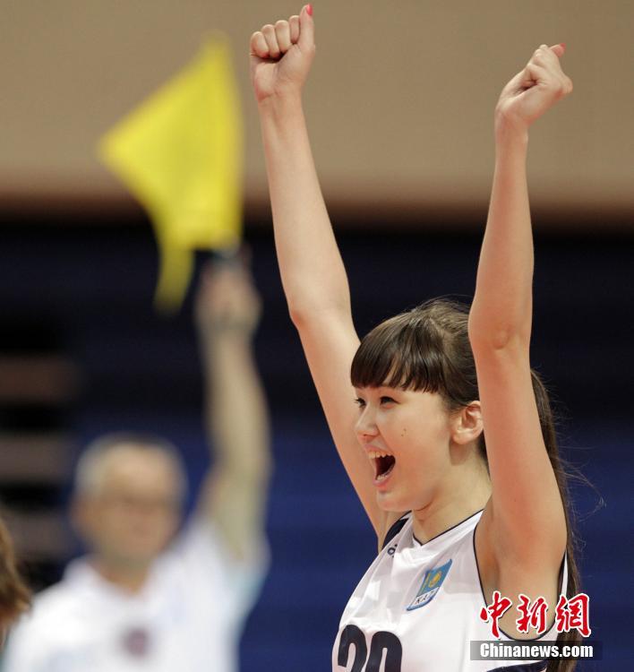 哈萨克17岁12头身长腿美女排球手网络走红