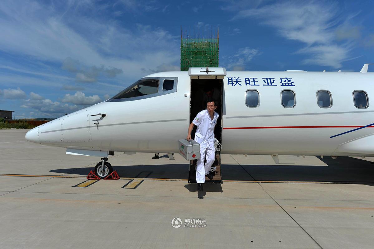 """从乌兰浩特到北京约1000公里,999急救中心选择了有""""999空中ICU""""之称的固定翼飞机。17日清晨5点多,魏艳芳和随行护士小张,从清河急救中心出发前往天津滨海国际机场。上午8点,飞机起飞赶赴乌兰浩特。图为飞机抵达胡兰浩特机场。"""