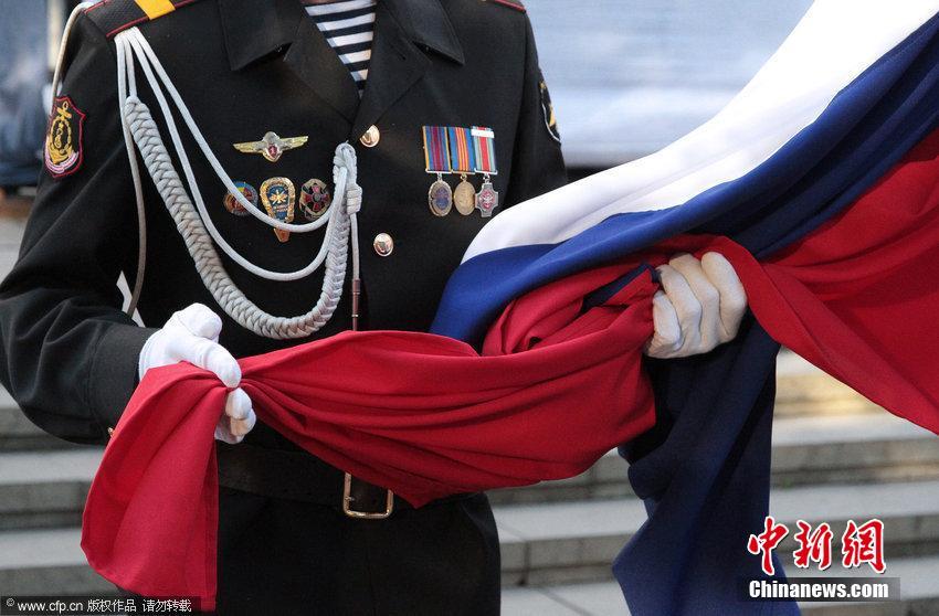 克里米亚民众持巨型国旗庆祝俄罗斯国旗日