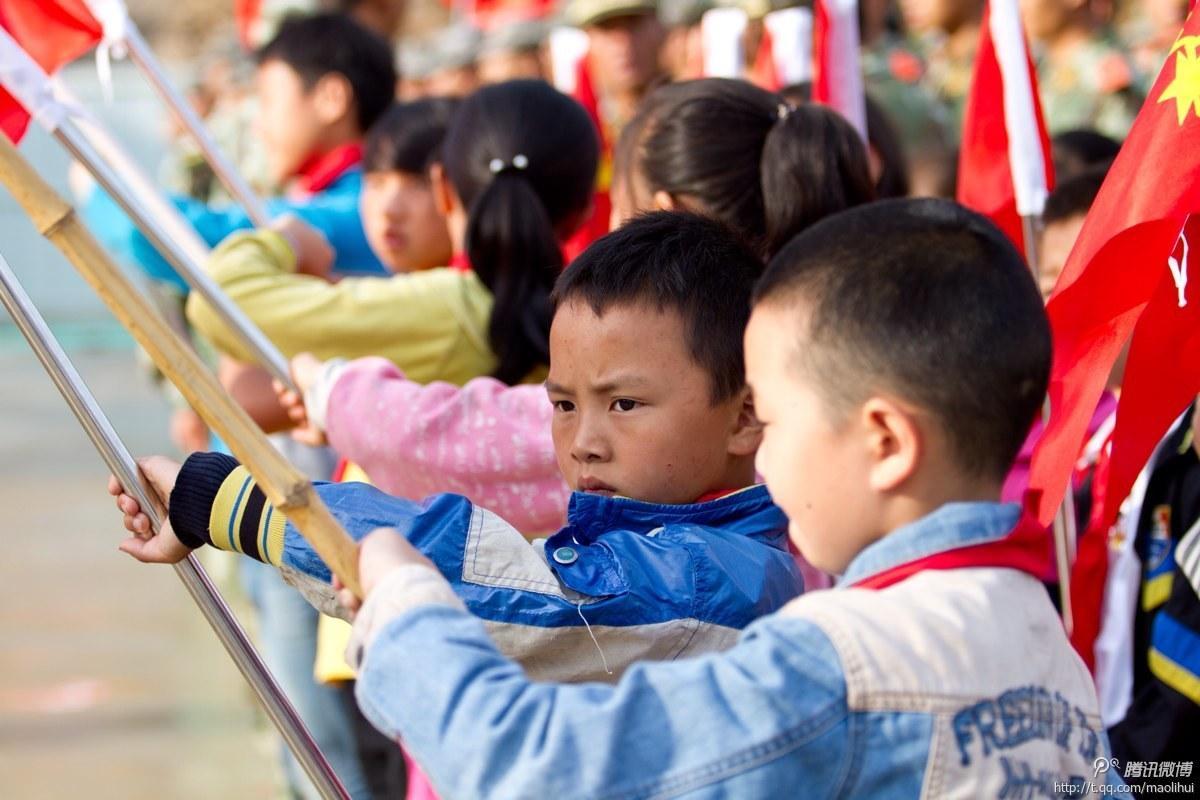 鲁甸灾区学校开学举行升旗仪式