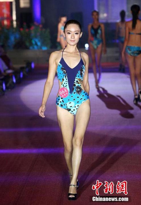 高挑美女泳装亮相影视模特大赛