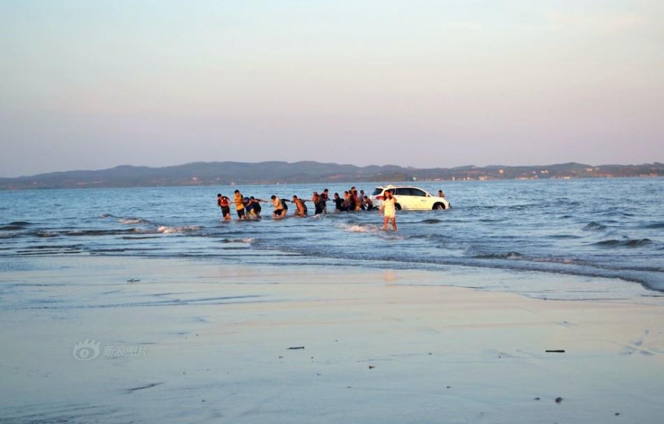 海水涨潮轿车陷入沙滩