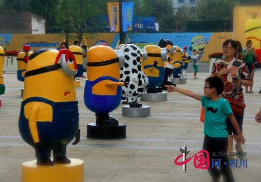 22日,一大波哆啦A梦和小黄人现身协信星光天地商业街,两大热图片