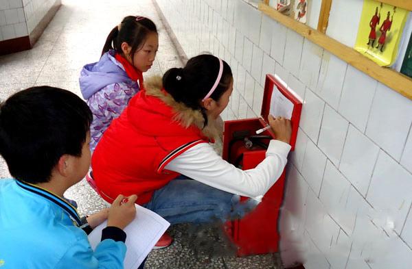 答:小学校园安全隐患主要有:一,交通方面的安全隐患1,教师,学生均有图片