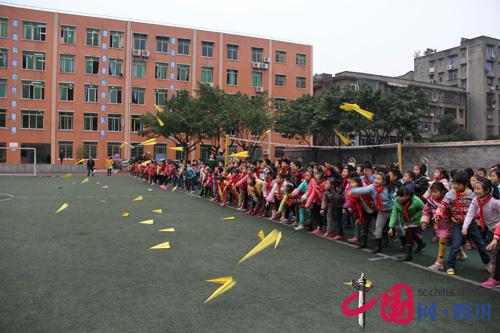 活动主要内容为折纸飞机比赛,全校共16个班参赛,安排了1-2年级学生全