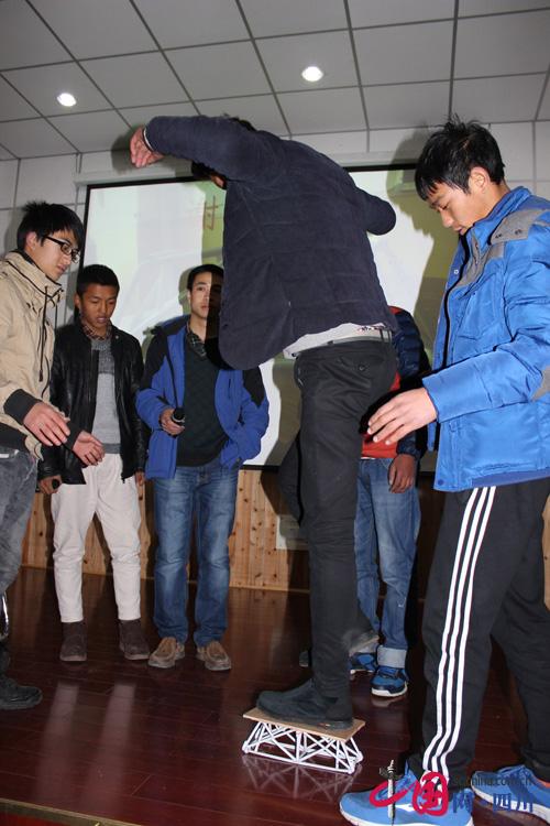 纸桥设计制作大赛.   比赛中,10组同学分别展示了本组制作的