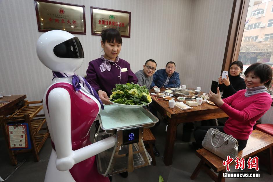 火锅店美女机器人跑堂 社会图片