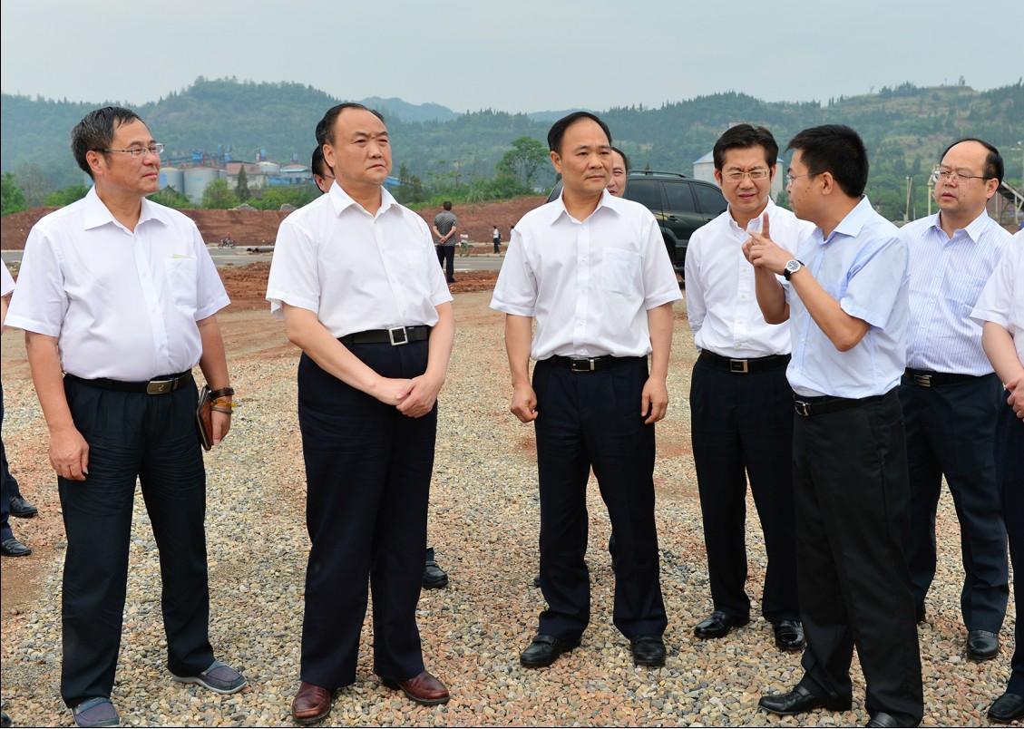 记者 陆待君摄     李书福指出,吉利南充新能源商用车研发生产项目,是