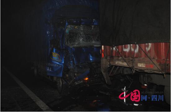 """疲劳驾驶惹祸:司机""""打盹""""追尾前车致两人被困"""