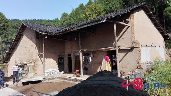 记者驱车来到距离剑阁县城100余公里的鹤龄镇青木村