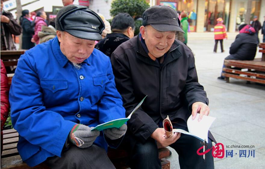 """遂宁深入推进冬春火灾防控宣传 志愿者街头""""送安全"""""""