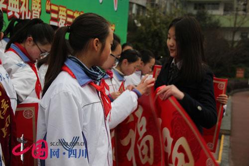 """开学第一课 清华学姐给学弟学妹发励志""""红包"""""""