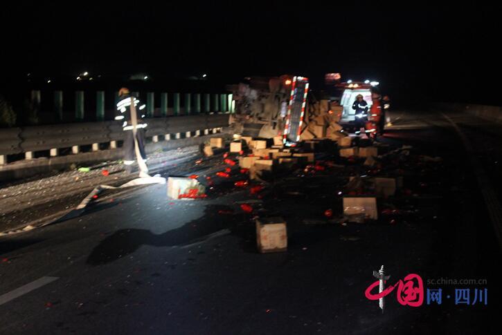 满载300余件泸州老窖货车绵遂高速路上侧翻 驾驶员被困