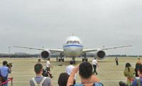 国内首架波音787- 9客机首航落地成都