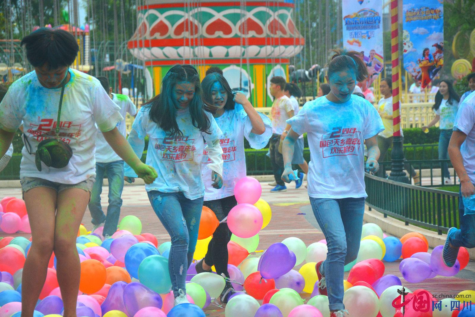 巴中嘉年华乐园2周年庆 数百游客参加可乐大战玩得嗨