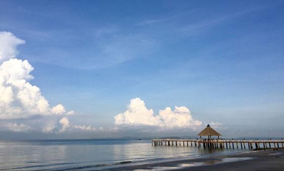 """""""國王的海灘""""已成度假新聖地   位於柬埔寨西南海岸線上的西哈努克港,以西哈努克親王名字命名,是柬埔寨最大的海港城市。曾經,它一度是柬埔寨王室的私人度假地,素有""""國王的海灘""""之稱。隨後,逐漸成為歐美旅遊達人的度假勝地。上世紀50年代末西港才開始發展,主要的四個海灘至今還沒有被高度開發,保持著自然風貌。主要出遊海島有高龍島、高龍撒冷島等,每年都吸引著世界各地的遊客前來享受陽光海灘,體驗靜好的時光。   近年來,隨著當地經濟發展,其原本得天獨厚的自然景觀受"""