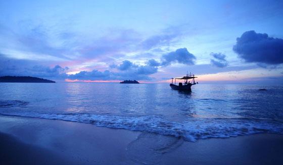 """""""国王的海滩""""已成度假新圣地   位于柬埔寨西南海岸线上的西哈努克港,以西哈努克亲王名字命名,是柬埔寨最大的海港城市。曾经,它一度是柬埔寨王室的私人度假地,素有""""国王的海滩""""之称。随后,逐渐成为欧美旅游达人的度假胜地。上世纪50年代末西港才开始发展,主要的四个海滩至今还没有被高度开发,保持着自然风貌。主要出游海岛有高龙岛、高龙撒冷岛等,每年都吸引着世界各地的游客前来享受阳光海滩,体验静好的时光。   近年来,随着当地经济发展,其原本得天独厚的自然景观受"""