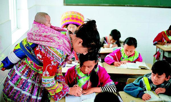背着娃娃教书的攀枝花市傈僳族乡村女教师