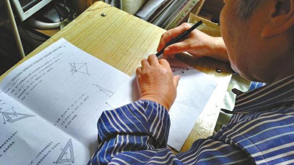 72岁老人自学数学 为收养13年的孙女补课