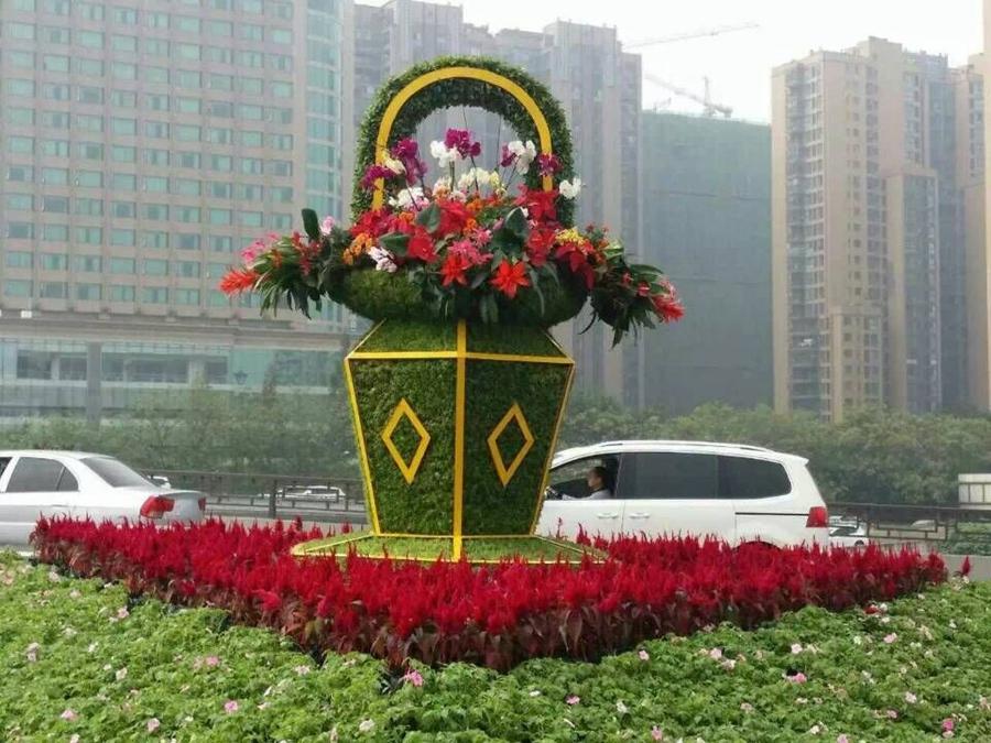 二环路匝道植物雕塑是4个迎宾花篮,花篮以花卉与植物组成