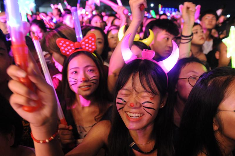西部音乐节火爆开幕 都江堰缤纷活动吸引数万游客