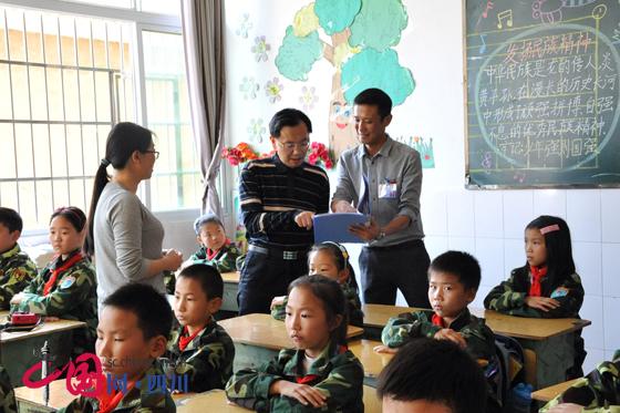 四川省教育厅机关党委书记张澜涛调研雷波教育扶贫工作