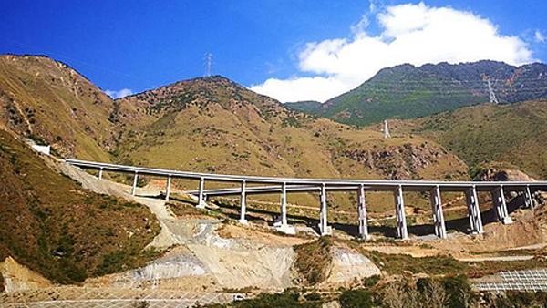 四川雅康高速工地:悬崖峭壁变景观大道