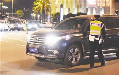 成都交警夜间整治乱开远光灯 1小时20辆车被处罚