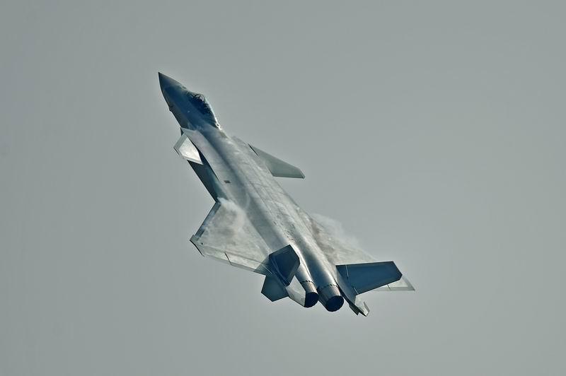"""歼20飞机飞行表演 朱鹏 摄(图据四川新闻网)   翘首以盼的歼-20首次在珠海航展上公开亮相,瞬间吸引了所有人的目光并引爆全场,成为本届航展最闪耀的明星。伴随着歼-20飞机双机超低空通场,现场响起了雷鸣般的掌声,观众席上,""""歼-20,歼-20……""""的欢呼声此起彼伏。   低空通场过后,一架歼-20很快消失在云层中,另一架则跃升大机动、竖筋斗、改平俯冲、拉起,再次跃升机动、竖筋斗、拉起、垂直爬升……流线型的银灰色机身在阳光下"""