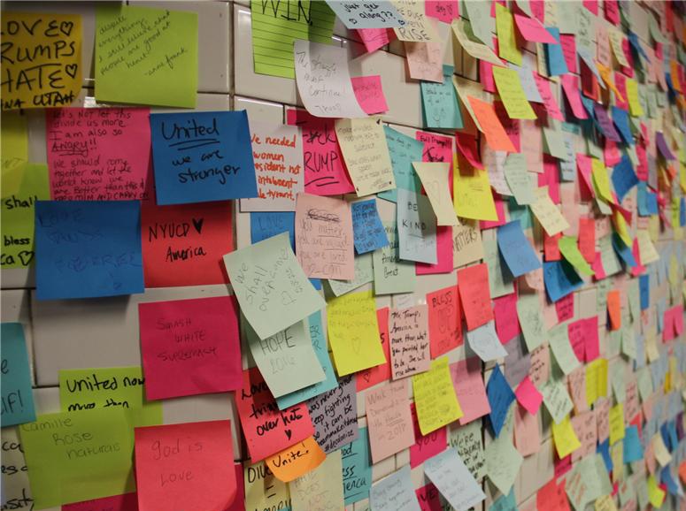 纽约地铁现便利贴墙 让大选后民众宣泄图片