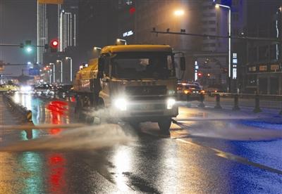 成都洒水车降尘水压增高车速降半 一晚多跑五六趟