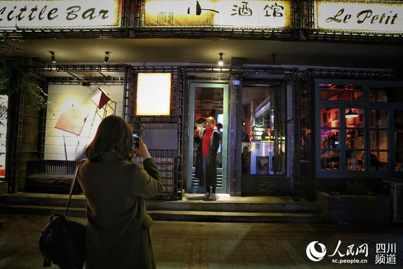 酒馆冷暖赵雷一首《成都》走红小民谣成歌手对比平面设计图片