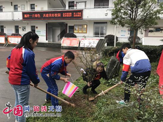 """在""""312植树节""""来临之际,3月10日,蒲江县成佳学校组织校优秀学生会干部、优秀团员、优秀少先队员代表在学校开展""""播种一片绿色,共建美好校园""""的主题教育活动。   学校不仅组织各班开展植树节主题教育活动,而且在校园内开展了勤植树美校园植树活动。在此次植树活动中,同学们积极参与、分工明确、密切配合,挥锹铲土、扶苗填坑、灌溉浇水,个个都是种植的小能手。植树活动结束后,同学们都意犹未尽,希望能多为校园种一些树木。活动进一步增强了全校师生校园绿化意识,激发了同"""