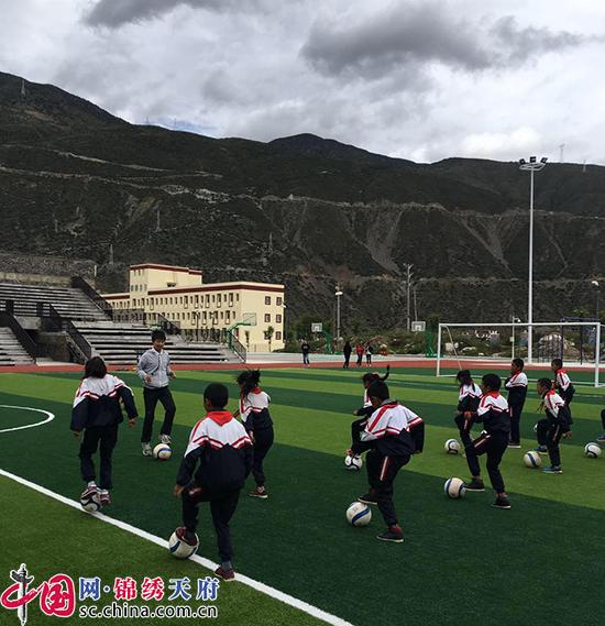 支教雪域高原的女汉子:放飞藏区孩子的足球梦