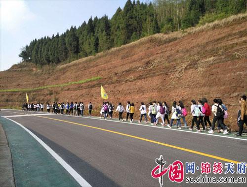 西充县天宝中英文学校2014级中考励志远足活动取得圆满成功
