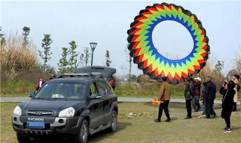 崇州風箏節 用汽車放飛巨型風箏
