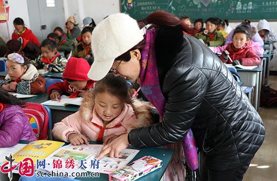 女教师带上5岁孩子支教藏区——记成都市龙泉驿区教师何藜霞
