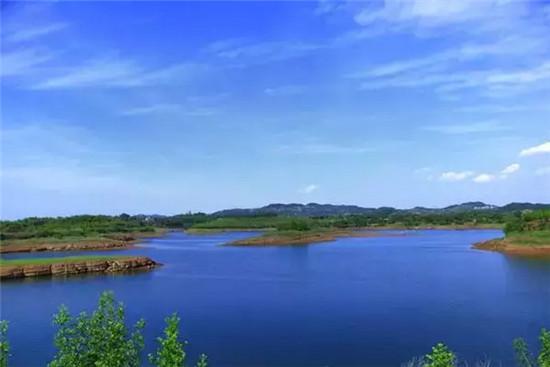 黑龙潭一年四季都风景如画,成了很多人亲水度假的首选地.