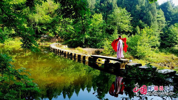 这里植被茂盛,溪水纯净,风景迷人,该乡正著力将这条小河打造成乡村